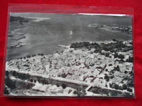 Tarxeta postal: Noia (Noya)- Vista parcial. Ao fondo Praia de Testal. 1960