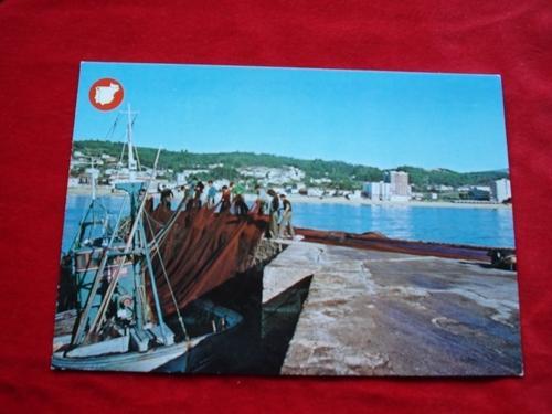 Tarxeta postal: Ribeira (A Coruña). Faenando no porto. Década 1970