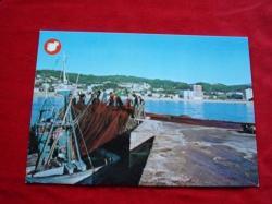 Ver os detalles de:  Tarxeta postal: Ribeira (A Coruña). Faenando no porto. Década 1970